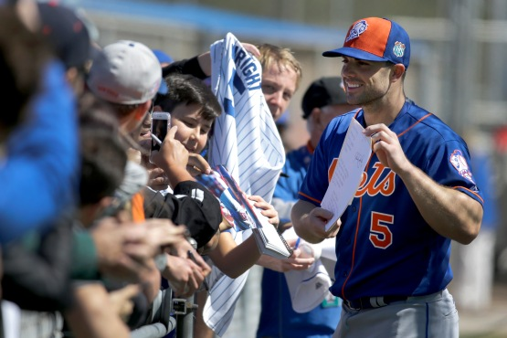 New York Mets' David Wright signs autographs during a spring training baseball workout Saturday, Feb. 27, 2016, in Port St. Lucie, Fla. (AP Photo/Jeff Roberson)